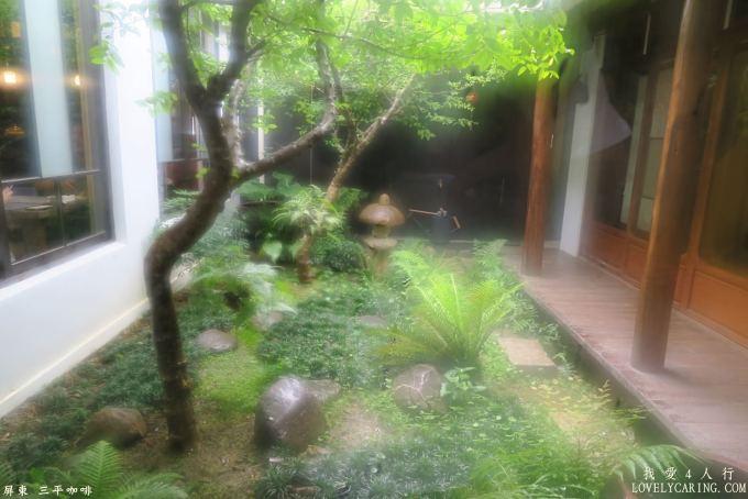 因為下雨而朦朧的庭院