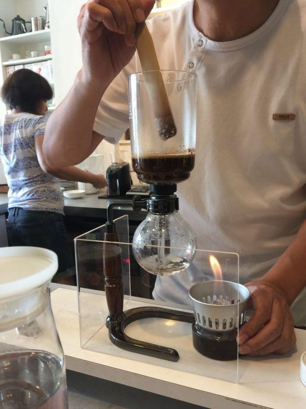 眼睛先喝咖啡