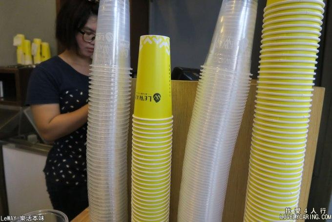 分別裝不同飲料的紙杯與塑膠杯