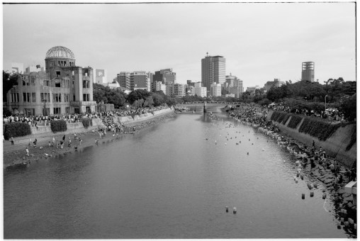 Floden Ōta (太田川 Ōta-gawa) i Hiroshima vars T-formade bro Aioi (相生橋 aioi hashi) utgjorde siktmärket för den första atombomben.