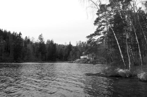 En sommarstuga ligger fint vid Tösjön.