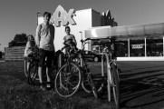 Bra cykelparkering med anslutning till cykelbanan och många vegetariska varianter på Max.