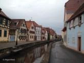 Fachwerkhäuser am Rand eines zum Mühlbach kanalisierten Baches