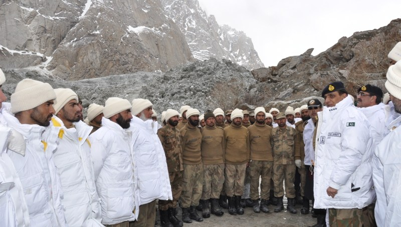 Gen. Kayani visits avalanche site, search operation underway