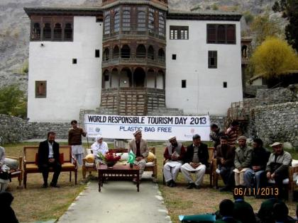 A session in front of the Khaplu Palace, Ghanhce (Baltistan)