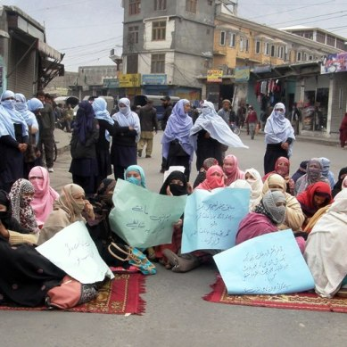 "Gilgit: 183 teachers and staff come to the roads ""in search of justice"""