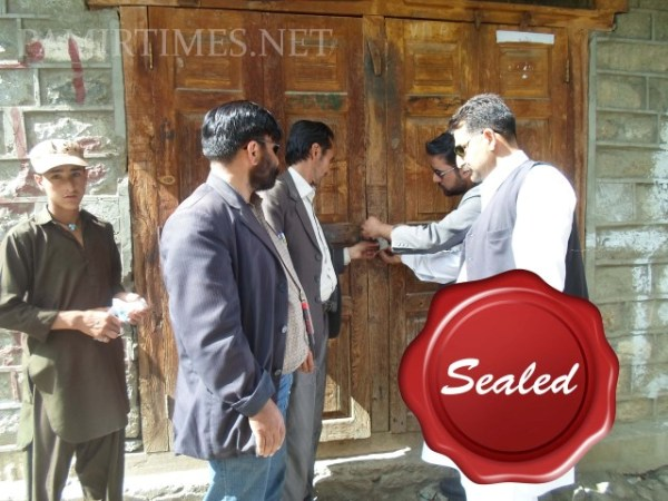 The PEMRA inspectors are sealing a shop in Gilgit in which an illegal cable tv channel was being operated