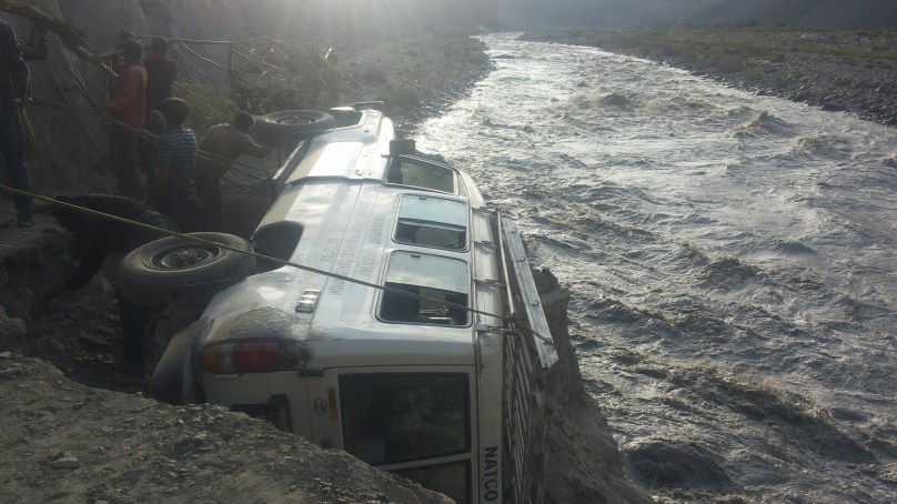 Passenger vehicle faces accident on Shimshal Road, all 13 people survive unscathed