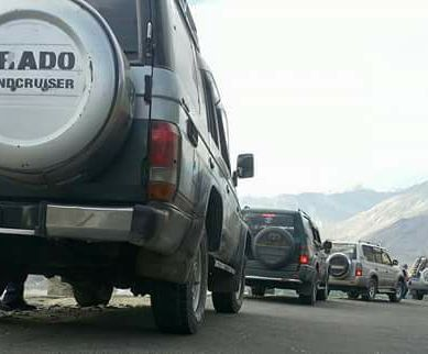 Passenger vehicles from Gilgit-Baltistan looted on Babusar Road