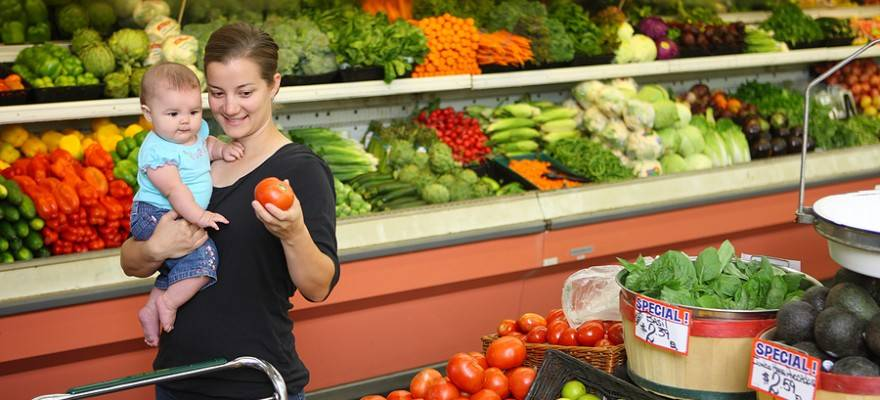 bigstock Woman and baby in grocery stor 14086571 880x400