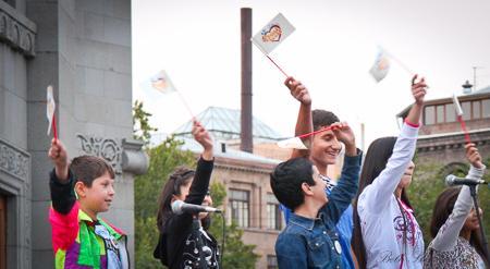 Chidlren waving flags