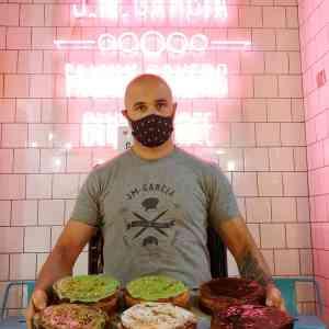 Cheesecake-con-brownie-y-frambuesa-turron-esencia-de-pistacho-sin-gluten-con-lactosa-y-frutos-secos-www.panaderiajmgarcia.com-panaderia-sin-gluten