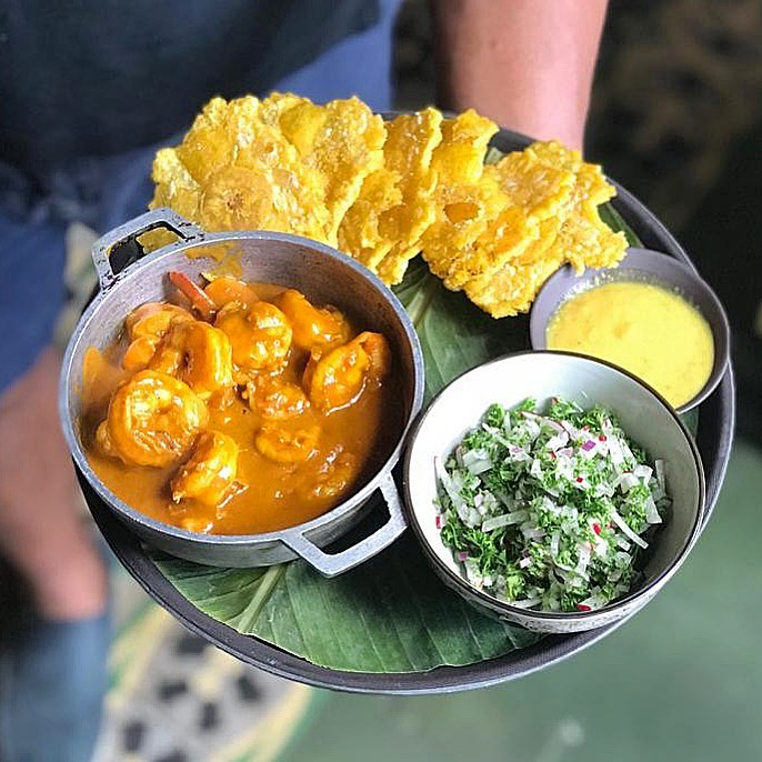 Shrimp with fried plantains and salad