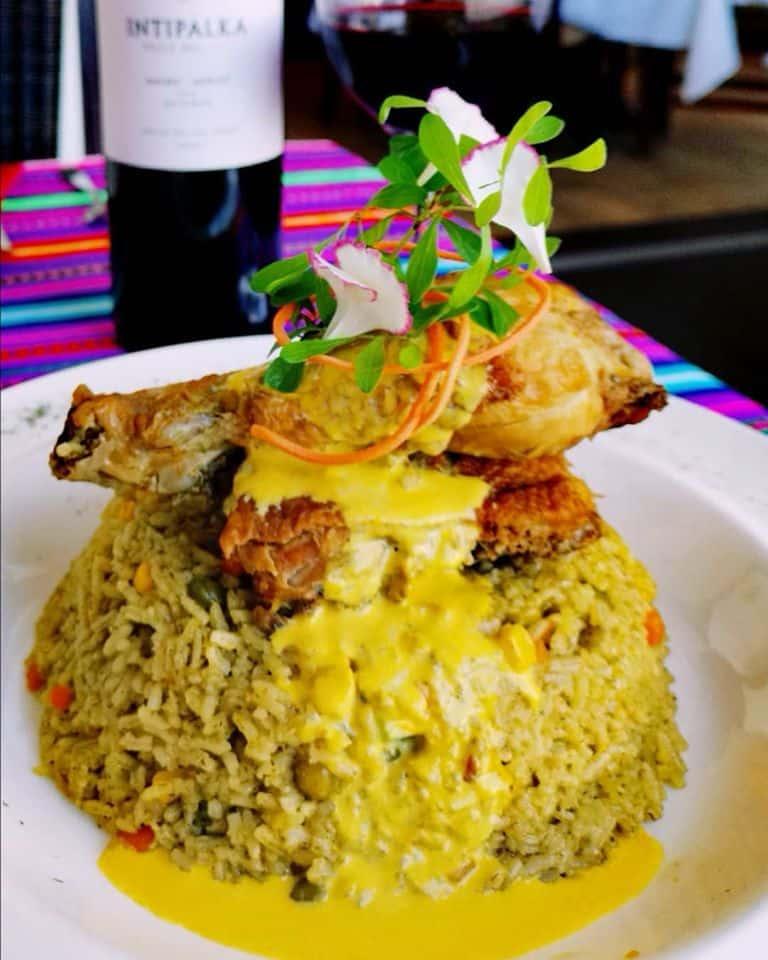Arroz con pollo al estilo peruano usando la receta de la abuela en el restaurante nazca 21