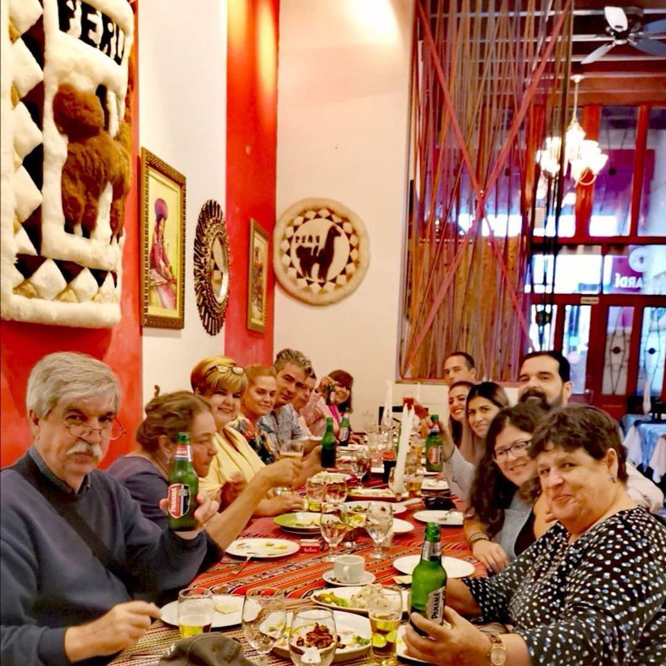 Clientes disfrutando comida peruana y cervezas panameñas en el restaurante nazca 21