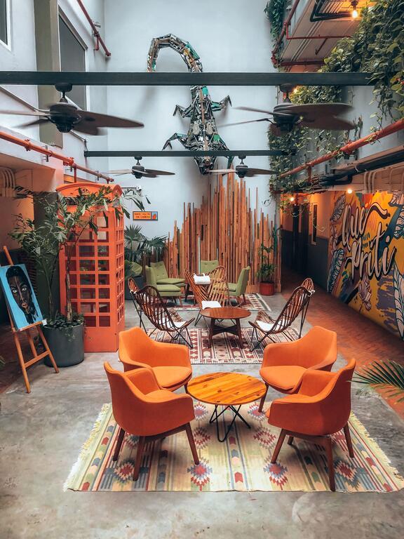 área común con mesas y sillas en Selina Casco Viejo