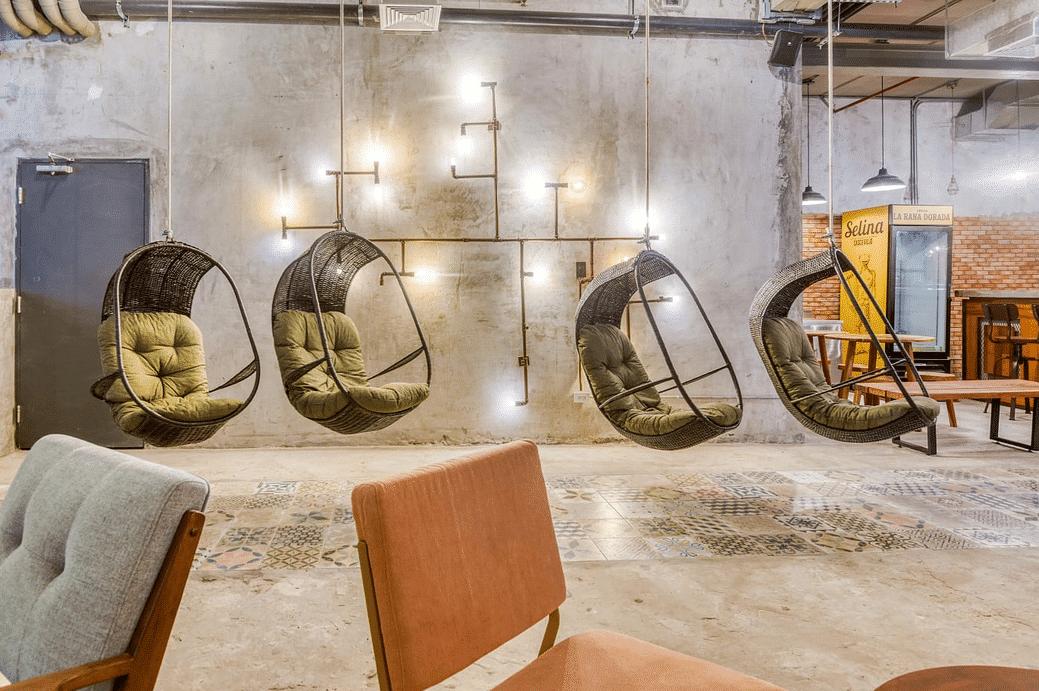 sillas colgantes en Selina Casco Viejo y el refrigerador de cerveza la rana dorada