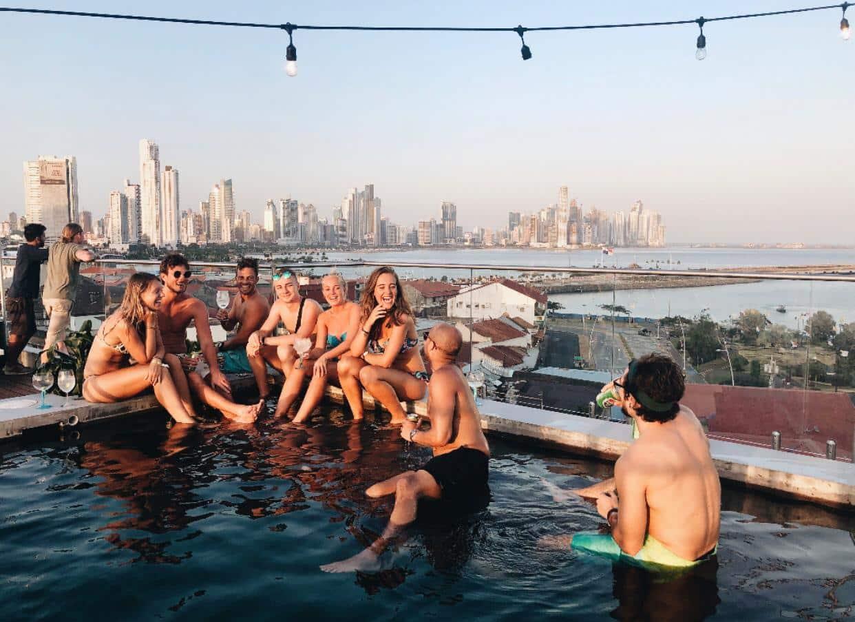 personas en la piscina de Selina Casco Viejo