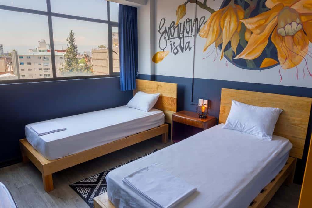 habitación privada con dos camas twin en Selina Casco Viejo