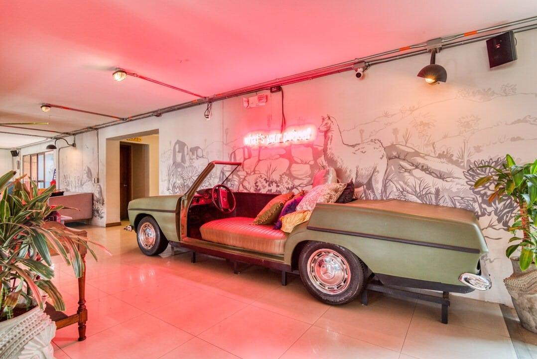Es típico encontrar autos antiguos en los hostales de Selina