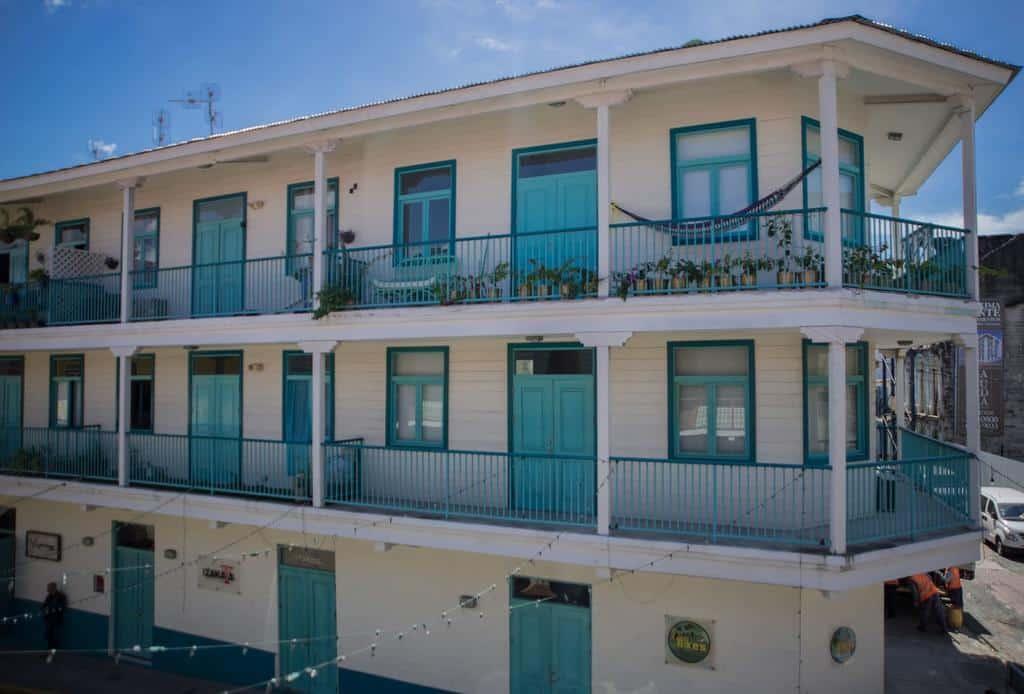 Flor de Lirio es un edificio de estilo antillano que es blanco con turquesa en el Casco Viejo