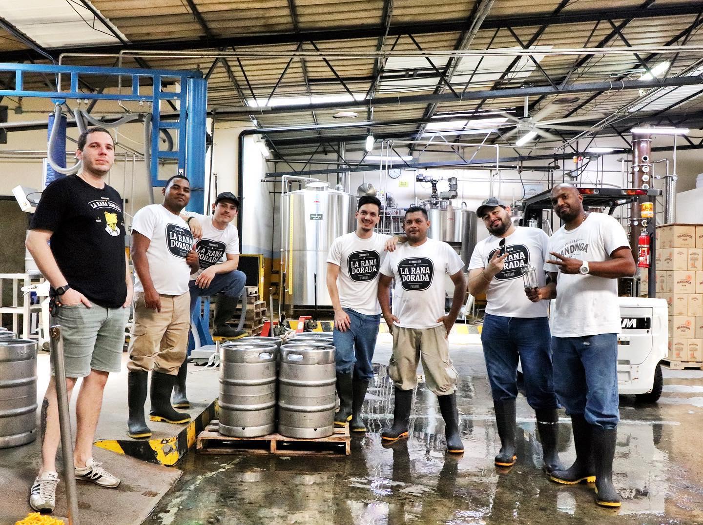 Empleadas de la cervecería La Rana Dorada