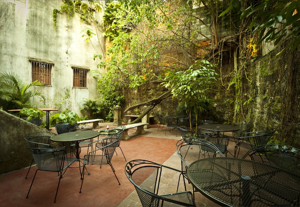 Internal courtyard with plants in Las Clementinas Hotel