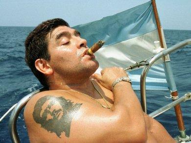 exibindo-a-tatuagem-do-lider-cubano-che-guevara-no-braco-direito-maradona-navega-no-mar-de-havana-em-cuba-1279915700437_1024x768