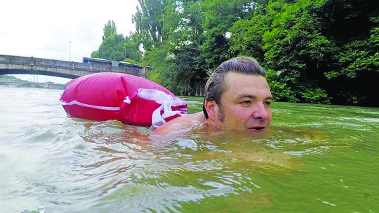 Επικός τύπος: Πάει… κολυμπώντας στη δουλειά του για να αποφύγει την κίνηση (vid)   panathinaikos24.gr
