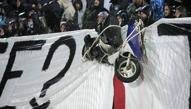 Απίστευτο: Κρέμασαν σκουτεράκι από τα κάγκελα της Τούμπας! (pic)   panathinaikos24.gr