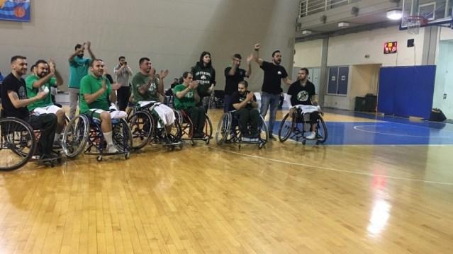 Συγκλονιστικές στιγμές: Η Θύρα 13 τραγουδάει μαζί με την ομάδα μπάσκετ με αμαξίδιο (vid) | panathinaikos24.gr