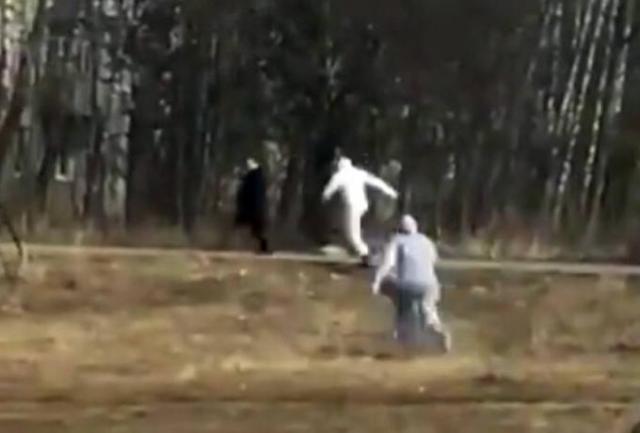 Απίθανο: «Ύποπτος» για κορωνοϊό τρέχει να ξεφύγει από το προσωπικό ασθενοφόρου (vid) | panathinaikos24.gr