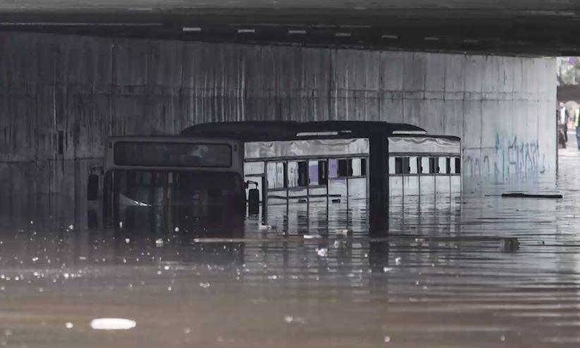 «Μπάλλος» – Η κακοκαιρία «βύθισε» λεωφορείο κάτω από γέφυρα   panathinaikos24.gr