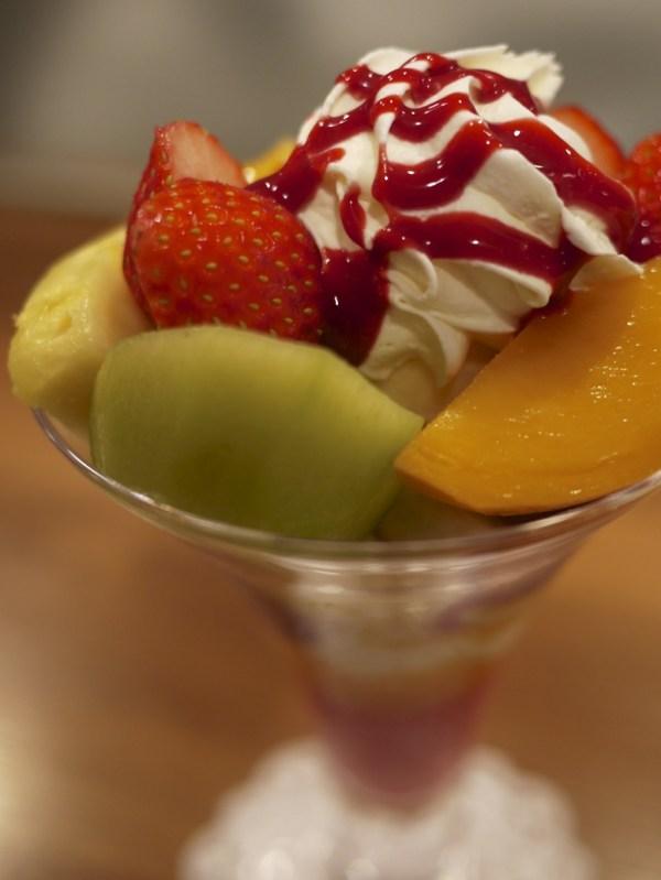 フルーツパフェの盛り付け / 赤坂ホットケーキパーラー Fru-Full(フルフル)