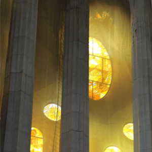 Vitral circular detrás de unas columnas - Fotografía digital