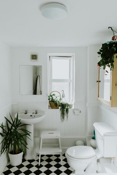 une salle de bain bien rangée