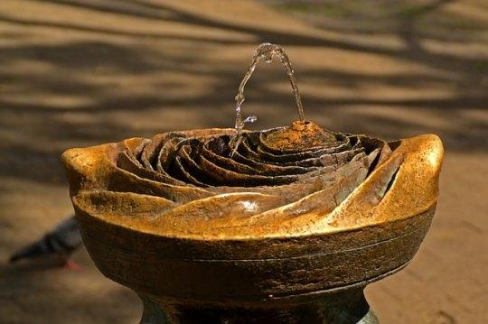 噴水から出ている水