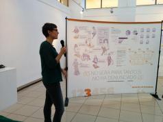 Soraya González presentando la expo.