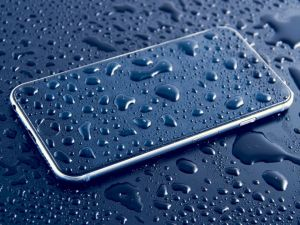 Cara Memperbaiki Ponsel yang Jatuh ke dalam Air