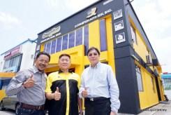 Pengarah Osoplus Sdn Bhd, Datuk Mazlan Sabli (kiri) bersama Pengarah Urusan Osoplus Sdn Bhd, Chua Kiew Chai (tengah) dan Datuk Tiong Yap Choon