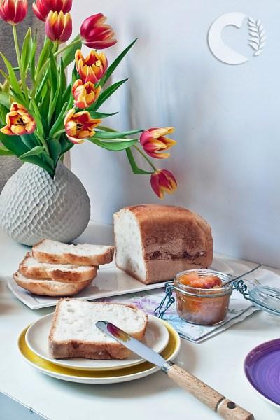 Pane bianco senza glutine con macchina del pane