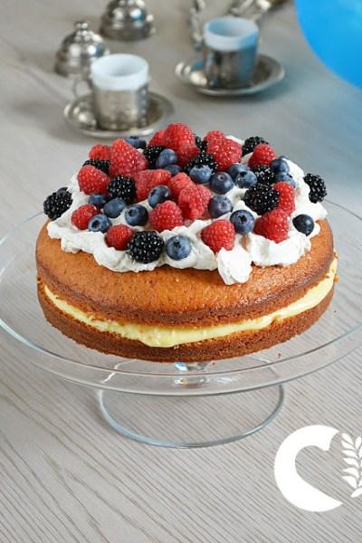 Torta soffice con crema pasticciera e frutti di bosco