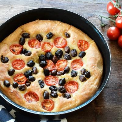 Focaccia soffice senza impasto, con olive e pomodorini