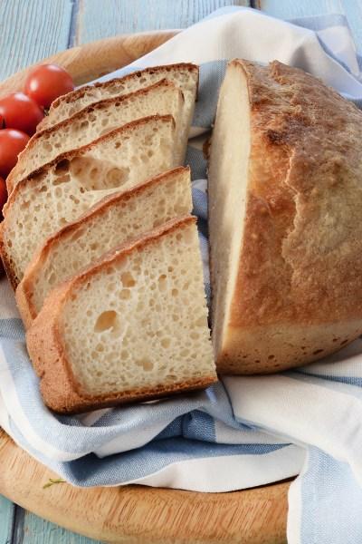 Pagnotta senza glutine con crosta croccante e mollica soffice