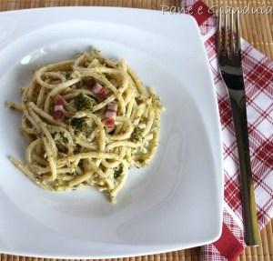 Spaghetti con crema di broccoli e noci