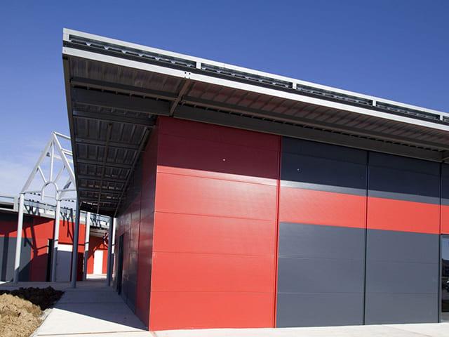Panel Sandwich Fachada de Tornilleria Oculta con acabado estetico espectacular colores rojo y negro