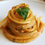 Spaghetti con pesto de pimiento asado