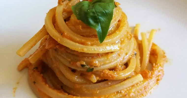 Pasta con pesto de pimientos asados