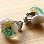 No.4-4 ガラスのイヤリング(ホワイト x グリーン x イエロー) … ¥1,400 (大きさ:約1.2cm)(ガラス) (金属アレルギー非対応)