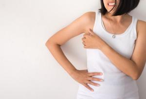 8 tipů, co se skvrnami od deodorantu